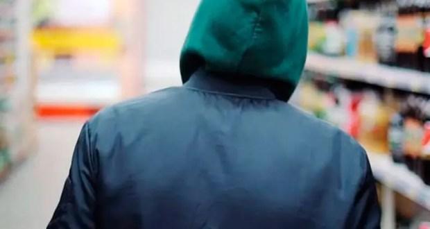 Сотрудники уголовного розыска ОМВД России по Ленинскому району задержали злоумышленника, подозреваемого в разбойном нападении на четыре продуктовых магазина. В ходе оперативно-розыскных мероприятий сотрудники полиции установили личность злоумышленника и задержали его. Им оказался 21-летний местный житель. Как выяснилось, задержанный врывался в продуктовые магазины Ленинского района, когда в магазине не было покупателей. Мужчина угрожал продавцам торговых точек монтировкой или арматурой и требовал отдать деньги из кассы. В отношении подозреваемого возбуждено уголовное дело по признакам преступления, предусмотренного ч.2 ст. 162 УК РФ «Разбой». Санкция данной статьи предусматривает наказание в виде лишения свободы на срок до десяти лет. Злоумышленнику избрана мера пресечения в виде заключения под стражу. Пресс-служба УМВД России по г. Севастополю