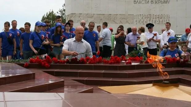 В День памяти и скорби ялтинцы возложили цветы к Вечному огню