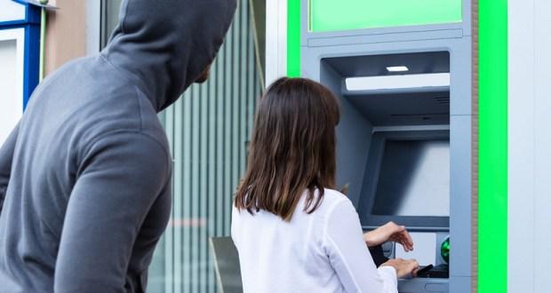И такое бывает: женщина забыла взять выданные банкоматом деньги. Случай в Симферополе