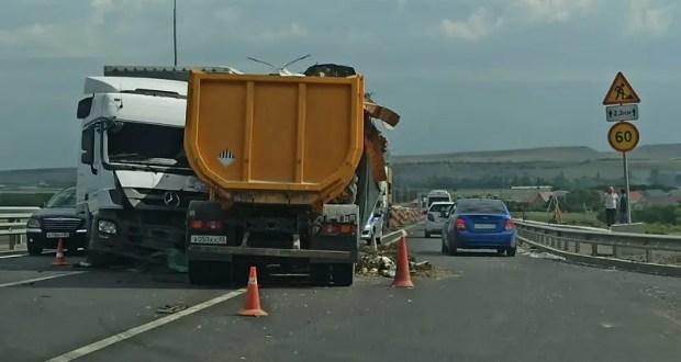 «Грузовое» ДТП на трассе «Таврида»: трое пострадавших