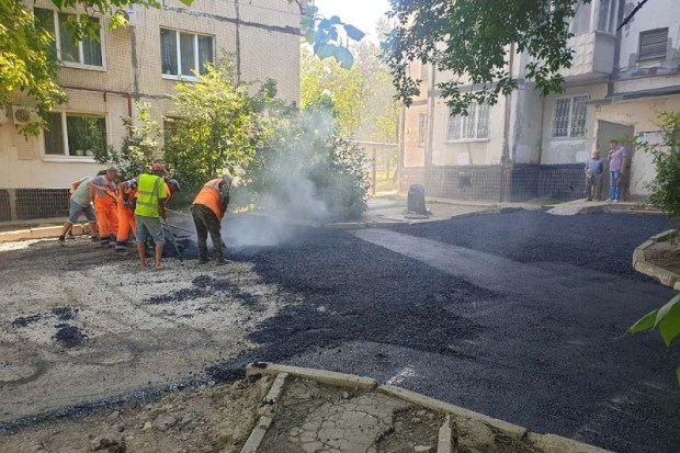 В Симферополе продолжается ямочный ремонт дорог и даже дворов и тротуаров