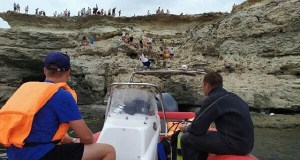 В Крыму устроили состязания по прыжкам в море с 15-матровой скалы
