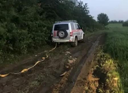 В Симферопольском районе размытое дождем бездорожье «взяло в плен» BMW