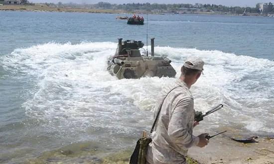 Морские пехотинцы Черноморского флота отрабатывают действия по выходу боевой техники на плав