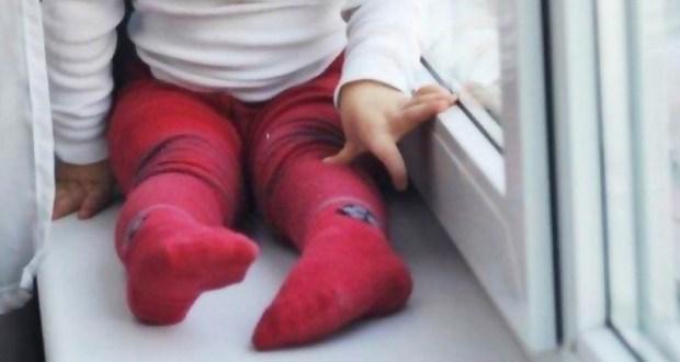 В Симферополе маленький ребенок выпал из окна. Следком проводит проверку