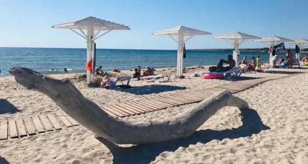 В Черноморском районе к пляжам претензий нет, но на косе Беляус грязно