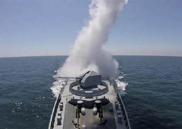Фрегат ЧФ «Адмирал Эссен» провёл артиллерийские стрельбы по невидимым береговым целям