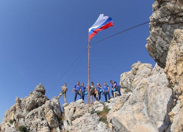 «Артек» вместе со всей страной празднует День флага России