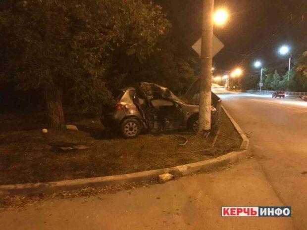 Смертельное ДТП в Керчи: иномарка врезалась в столб