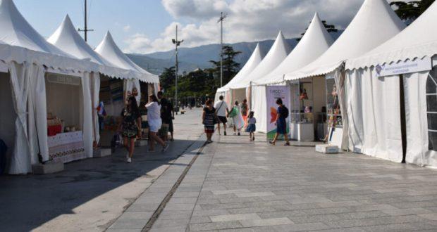 На ялтинской набережной стартовал фестиваль «Заповедный сувенир»