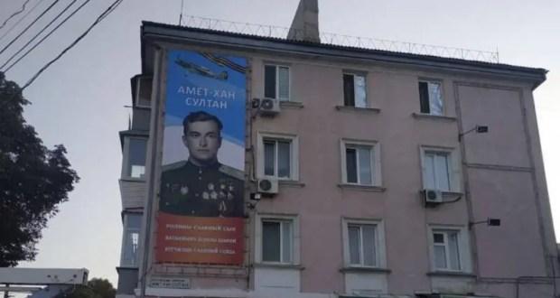 В Симферополе обновили портрет Амет-Хана Султана. К юбилею