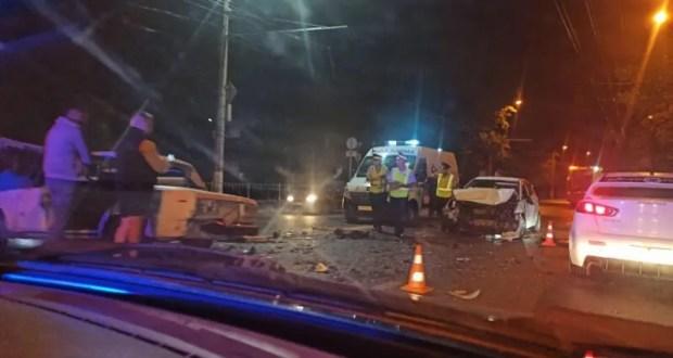 Вечернее «тройное» ДТП в Симферополе: серьезно пострадал водитель «Соляриса»