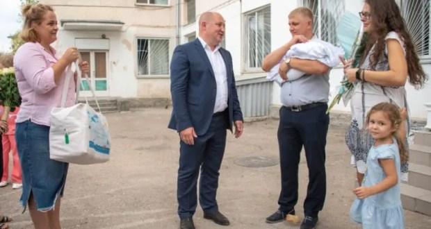 В Севастополе дарят подарки новорождённым