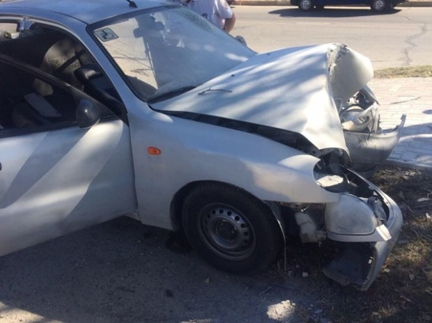 В Феодосии водитель не справился с управлением – авто врезалось в дерево