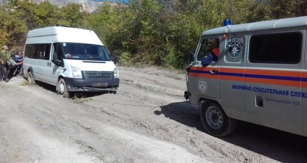 В Крыму, в районе Баштановского водохранилища застрял в грязи микроавтобус с велотуристами