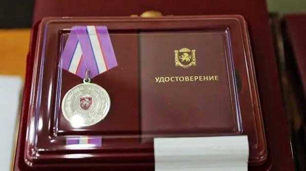 Врачам, приехавшим в Крым для борьбы с коронавирусной инфекцией, вручили награды