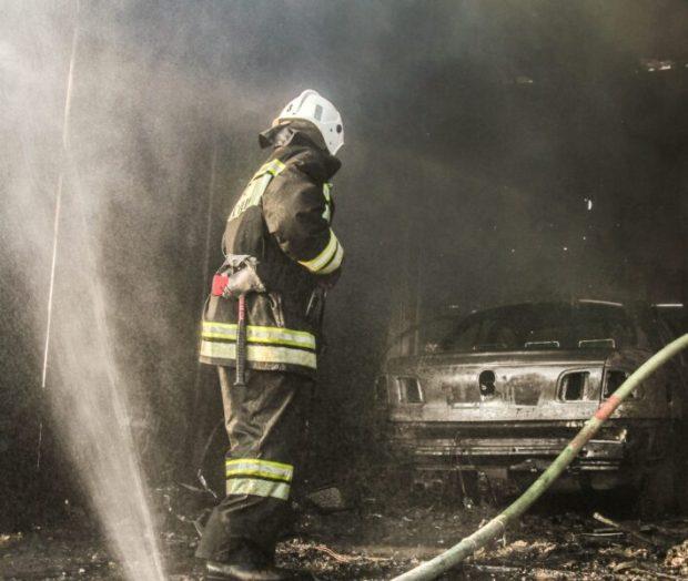 """В Севастополе тушили пожар в гаражном кооперативе. Машины """"не выжили"""""""