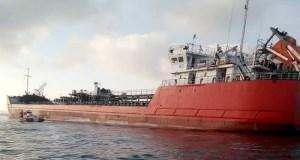 Взорвавшийся в Азовском море танкер отбуксировали на якорную стоянку, идет поиск троих моряков