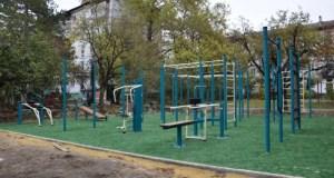 В Симферополе устанавливают спортивные площадки