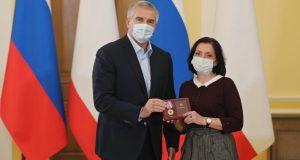 В Крыму наградили медработников, находящихся на передовой борьбы с коронавирусом