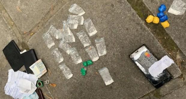 """В Ялте полиция остановила парня с пакетами """"соли"""" на руках"""