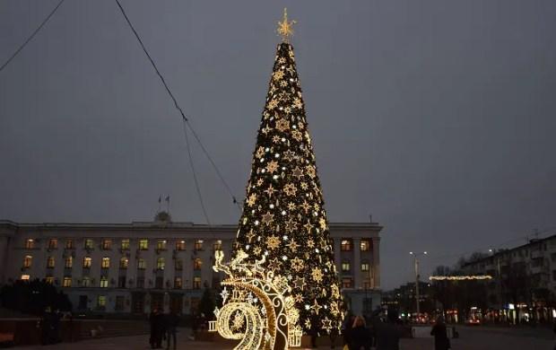 В Ялте и Симферополе зажглись огни на городских ёлках. Сравниваем
