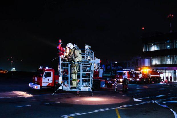 """Тридцать машин и пятьдесят спасателей: в аэропорту """"Симферополь"""" тушили условный пожар"""