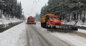 Дороги в Крыму очищает от снега спецтехника. Причем круглосуточно