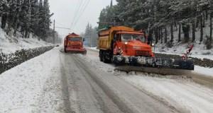 В Крыму за сутки расчищено и обработано противогололедными смесями свыше 2 300 км дорог