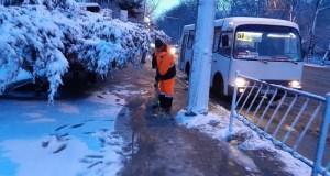 В Симферополе коммунальщики в борьбе со льдом и снегом «использовали 44 тонны реагента»