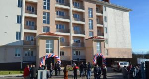 В симферопольском поселке Гвардейское вручили ключи от квартир переселенцам из аварийного жилья