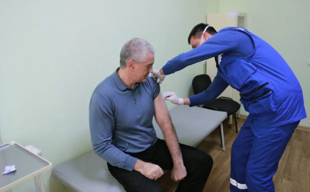 Сам привился и другим советует: Глава РК Сергей Аксёнов сделал вторую прививку от COVID-19