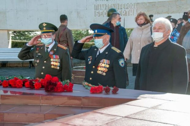 В День защитника Отечества в Ялте возложили цветы к Вечному огню