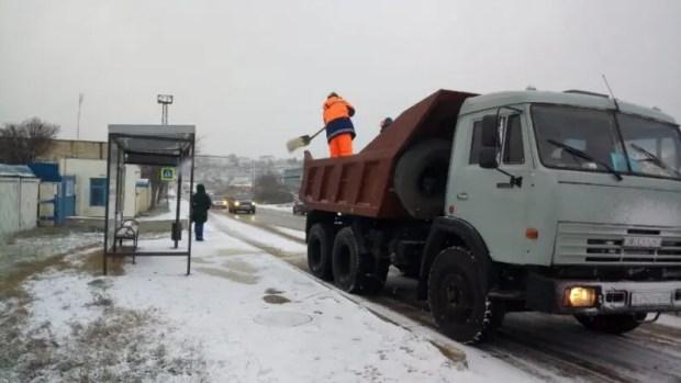 В работах по зимнему содержанию дорожной сети задействована вся снегоуборочная техника Севатодора. 17 единиц находится на линии для обеспечения безопасного проезда. Более 30 дорожных рабочих вручную обрабатывают площадки на остановках общественного транспорта противогололедной смесью. За минувшую ночь очищено и обработано более 500 километров автомобильных дорог. Продолжается круглосуточное межведомственное взаимодействие между дорожными, коммунальными, экстренными службами. Основные силы брошены на региональные дороги: Ялта-Севастополь, Байдарскую долину, Симферополь-Бахчисарай-Севастополь, Танковое-Оборонное и другие. В городской черте обработаны все основные автомобильные дороги, спуски и подъемы: ул. Котовского, ул. Хрусталева, пр-т Ген. Острякова, ул. Ленина, ул. Большая Морская, пр-т Октябрьской Революции, ул. Героев Севастополя и др. Государственные управляющие компании вывели 27 круглосуточных бригад, подготовлено 75,5 тонн противогололедного посыпочного материала. ГБУ «Парки и скверы» введено в режим повышенной готовности 40 единиц транспортных средств, 80 единиц снегоуборочного инвентаря. Задействовано 73 человека. Пока осадки будут продолжаться снегоуборочная техника будет проводить очистку проезжей части и противогололёдную обработку в первую очередь на магистралях, подъездных дорогах к объектам социальной инфраструктуры, маршрутах общественного транспорта, а также дорогах, которые обеспечивают передвижение экстренных служб. Движение транспорта на улично-дорожной сети не прекращено. Средняя скорость водителей составляет 35 км/ч. Тем не менее, в связи с ухудшением погоды, рекомендуем минимизировать поездки на личном транспорте и воспользоваться общественным. Будьте внимательны на дорогах, соблюдайте ПДД! Напоминаем, в круглосуточном режиме работает диспетчерская служба Севавтодора по телефону +7 978 998 59 83 куда вы можете обращаться по при обнаружении гололеда. Телефоны аварийно-диспетчерских служб: ГУПС «УК Инкерман» Дежурный телефон - +79788220081, +7