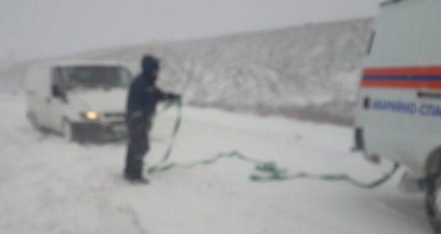 """За сутки сотрудники """"КРЫМ-СПАС"""" вытащили из снежного плена 20 автомобилей"""