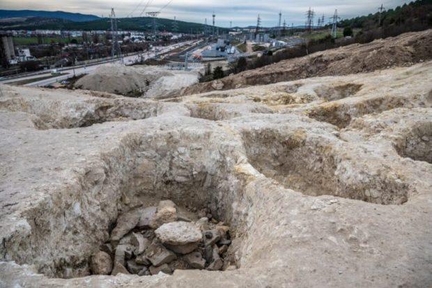 Археологи показали находки, обнаруженные в скифском некрополе близ Инкермана