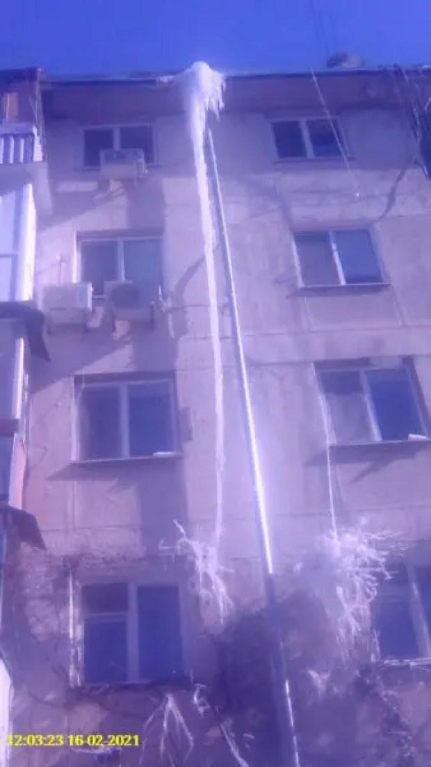 Работа на высоте или как в Симферополе сбивают опасные сосульки