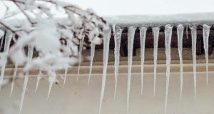 Проблема опасных сосулек и наледи на крышах и карнизах домов в Симферополе пока не решена