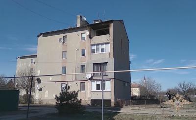В Крыму полицейский вывел из горящего дома пенсионерку и ее пятилетнего внука