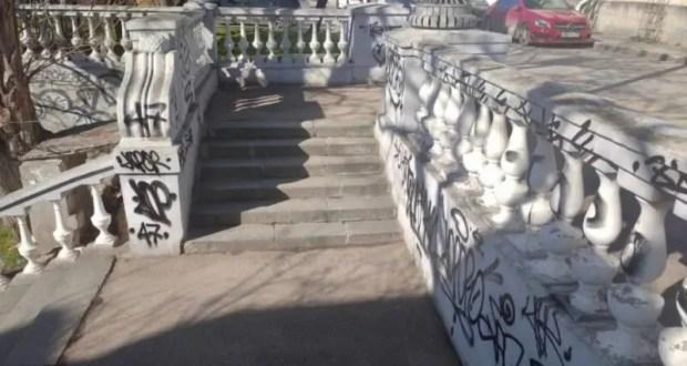 Разрисованная вандалами Таврическая лестница будет отреставрирована