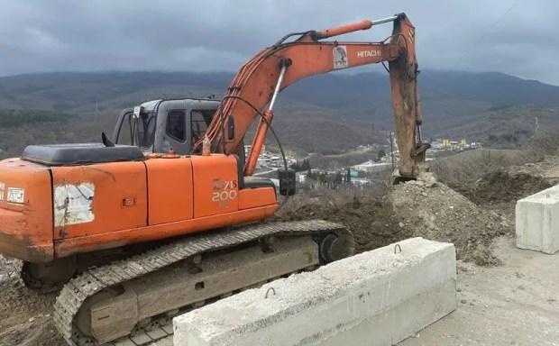 В Алуште стоят дорогу к новому жилому комплексу