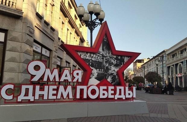 В Симферополе устанавливают праздничные инсталляции ко Дню Победы