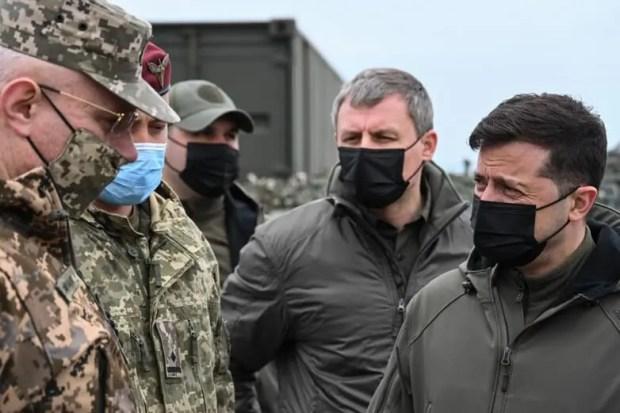 Президент Украины побродил по окопам близ границы с Крымом и сказал, что «Россия давит»