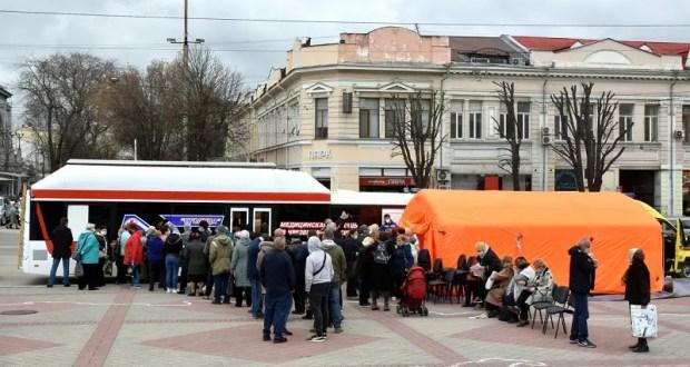 За первый день работы мобильного пункта в Симферополе прививку от COVID-19 сделали 210 человек
