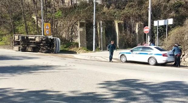 ДТП в Инкермане: перевернулся грузовик