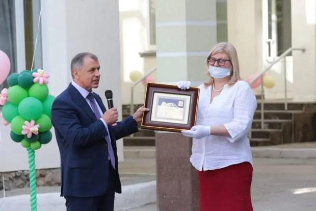 Глава Госсовета и крымские депутаты поздравили выпускников