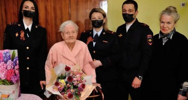 В Евпатории сотрудники полиции поздравили столетнего ветерана с Днем Победы