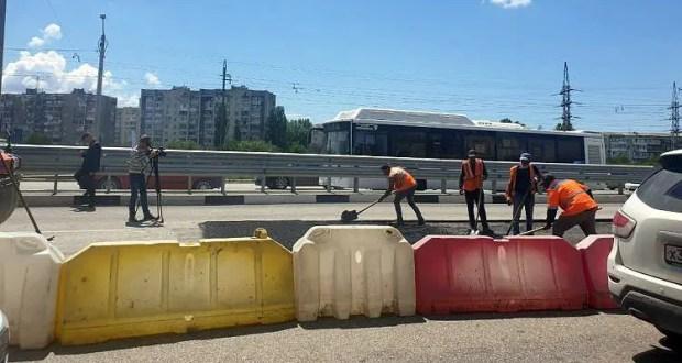 Названа причина провала дорожного покрытия на Евпаторийском шоссе