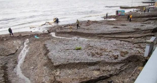 Чрезвычайная ситуация? Ну... не терять же отпуск: в Ялте туристы ныряют в грязное море