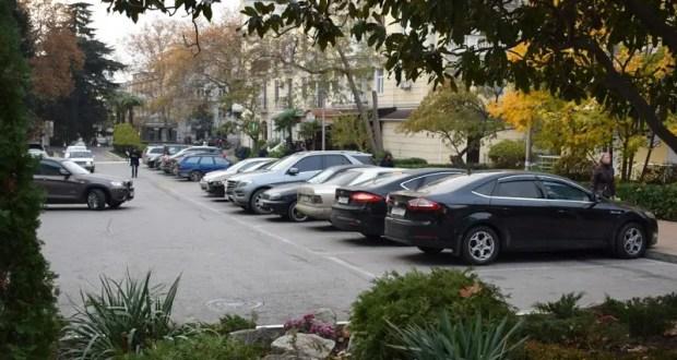 В Ялте решили навести порядок с парковками. Большие деньги уходят мимо бюджета